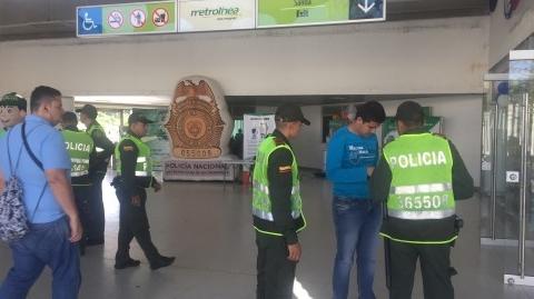 Avanza en Metrolínea campaña de la Policía Nacional #ElQueLaHaceLaPaga