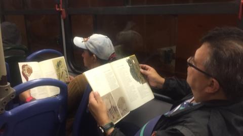 Usuarios de Metrolínea recibieron libros en el Día Mundial del Idioma