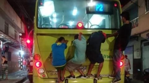 El STIM Metrolínea alerta sobre el peligro de jóvenes que se cuelgan a los buses en Floridablanca